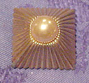 Mazer pin with faux pearl (Image1)
