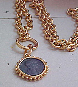 Contemporary goldtone chain with pendant (Image1)