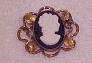 Art Nouveau glass cameo pin (Image1)