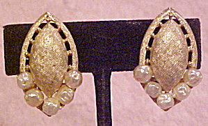 Brushed goldtone earrings with faux pearls (Image1)