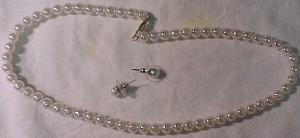Faux pearl necklace and earrings (Image1)