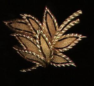 Trifari leaf design goldtone pin (Image1)