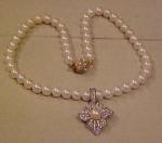 Faux pearl necklace w/rhinestone pendant