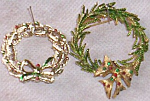 2 Lovely Christmas Wreath Brooches One Marked Gerrys (Image1)