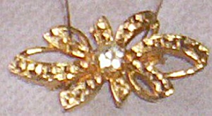 Lovely Gold Tone Bow Shaped Brooch Single Stone (Image1)