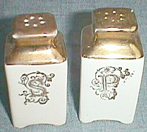 Salt and Pepper Shakers Holly & Berries Free Shipping (Image1)