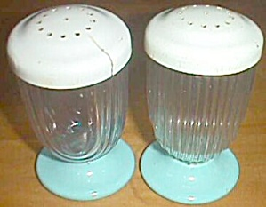 Retro Plastic Salt Pepper Shakers (Image1)