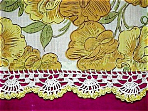 Gold Table Runner � Sweet Peas (Image1)