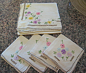 Embroidered Table Linen w/Napkins (Image1)