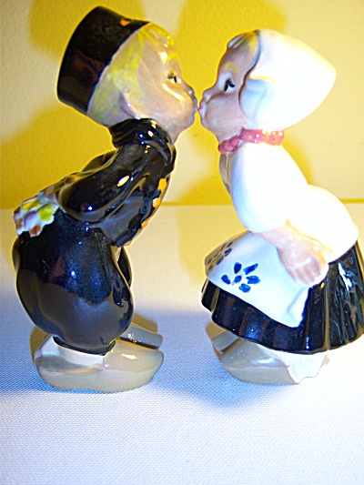 1950's Vintage Dutch Holland Boy- Girl Kissing Figurine (Image1)