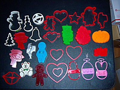 Huge LOT 29 Vintage COOKIE CUTTERS - Hallmark - Wilton  (Image1)
