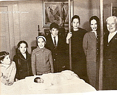 CHARLIE  CHAPLIN'S  family picture - 1960 (Image1)