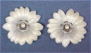 Retro White Plastic Tropical Flowers Clip-On Earrings (Image1)
