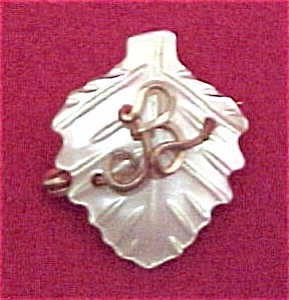 Vintage Carved Mother of Pearl Initial B Pin Brooch (Image1)