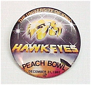 82 University of IOWA HAWKEYE Peach Bowl Pinback Badge (Image1)