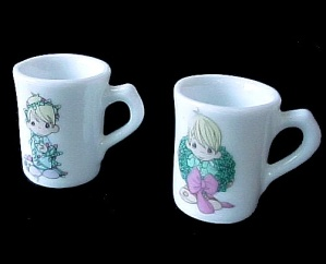 Enesco Precious Moments Miniature Christmas Mug Cup 1994 Wreath Lights (Image1)