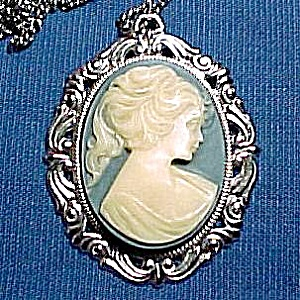 Blue Cameo Pendant Necklace Silvertone Vintage (Image1)