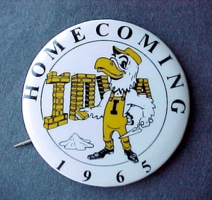 65 University of Iowa HAWKEYES Football Homecoming Pin (Image1)