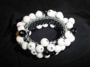Black & white plastic beaded elastic bracelet (Image1)