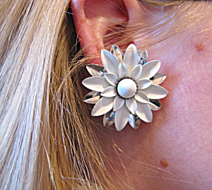 Silver + white flower Sarah Coventry clip ons (Image1)