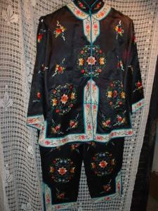 Silk embroidered Oriental lounging pajamas (Image1)