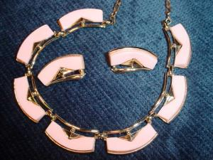 50's pink plastic necklace & earrings (Image1)