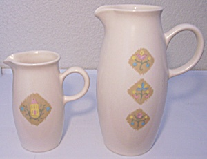 VERNON KILNS POTTERY COUNTRY COUSINS PITCHER! (Image1)