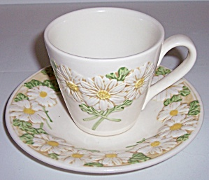 METLOX POTTERY POPPY TRAIL SCULPTURED DAISY CUP/SAUCER! (Image1)