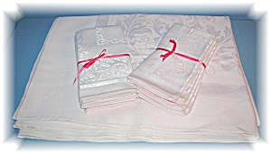 Damask PinkTable Cloth  8 Matching Napkins (Image1)