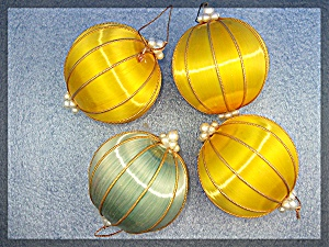 Lot of 4 silk Christmas tree ornaments (Image1)