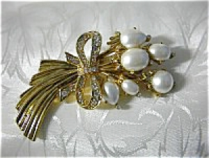Vintage Goldtone Rhinestone and Faux Pearl Brooch (Image1)