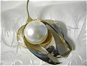 Signed PAGO Gold and Leafy Brooch With Pearl (Image1)