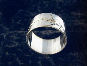Silvertone Napkin Ring with Leaf Design. (Image1)