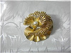 Boucher Gold  6mm Cultured  Pearl Brooch (Image1)
