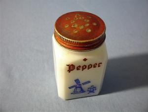 Vintage Milkglass Pepper Shaker from the 40s (Image1)