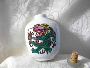 Oriental White China/painted Dragon Snuff Bo