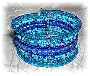 VINTAGE SHADES OF BLUE BEAD BRACELET...... (Image1)