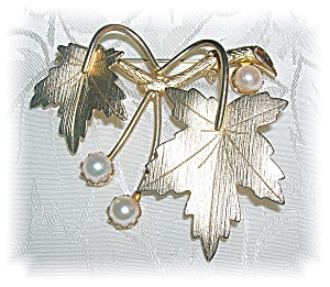 Sarah Coventry Gold Leaf Pin 6mm  Cultured Pearls (Image1)