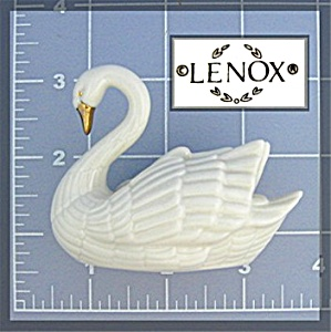 Lenox Swan trimmed in 24K gold. (Image1)