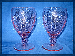 Pair of glass wine goblets in pink (Image1)