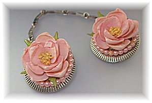 Sweater Clips  Pearl Plastic Flower Vintage 50s (Image1)