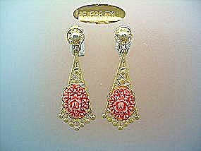 Celebrity clip earrings in gold tone and coral pink (Image1)