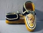 Click here to enlarge image and see more about item 06230258a: Native American Handbeaded Moccasins 40s