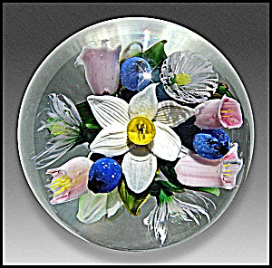 Melissa Ayotte: Jonquil and blueberries bouquet paperweight (Image1)