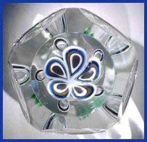 Kraft 1975: Faceted floral  paperweight (Image1)