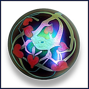Lundberg Studios 1973:Hearts and vines paperweight (Image1)