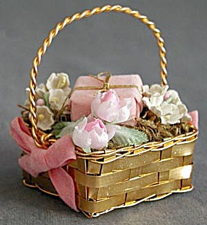 Goldtone Metal Basket Christmas Ornament (Image1)
