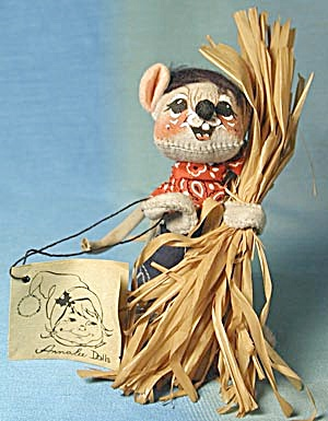 Vintage Annalee Mouse with Straw Bundle (Image1)