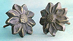 Vintage Metal Daisy Curtain Tie Backs (Image1)