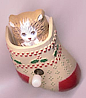 Hallmark Kitten in Stocking Pin (Image1)